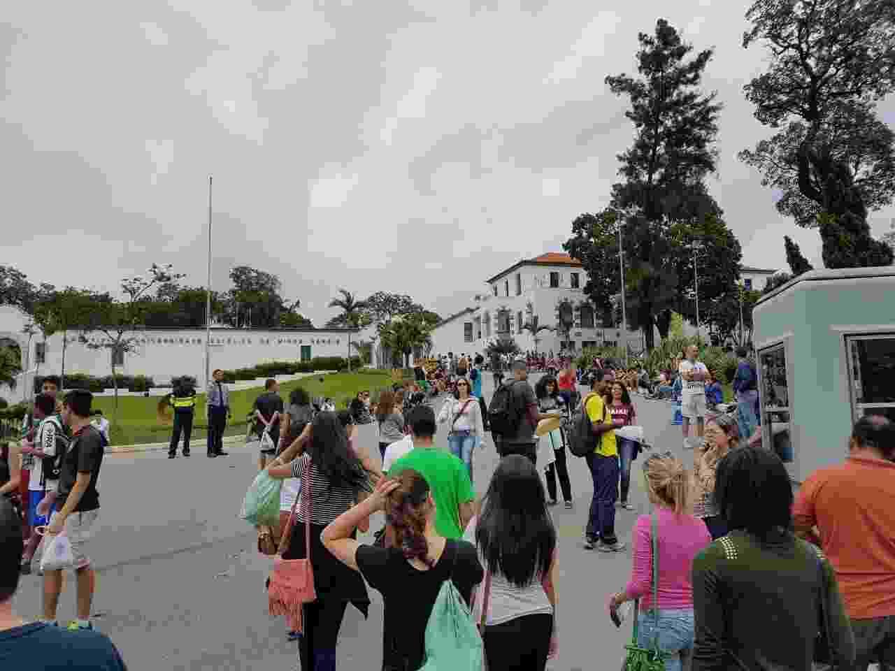4.dez.2016 - Inscritos chegam à portaria principal da PUC-MG, no bairro Coração Eucarístico, região noroeste de Belo Horizonte - Rayder Bragon/Colaboração para o UOL