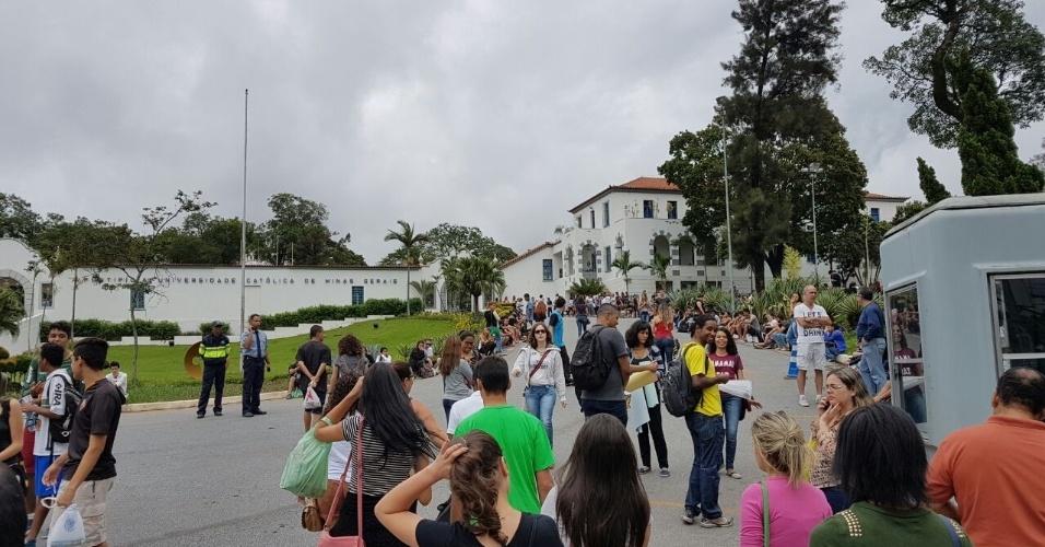4.dez.2016 - Inscritos chegam à portaria principal da PUC-MG, no bairro Coração Eucarístico, região noroeste de Belo Horizonte