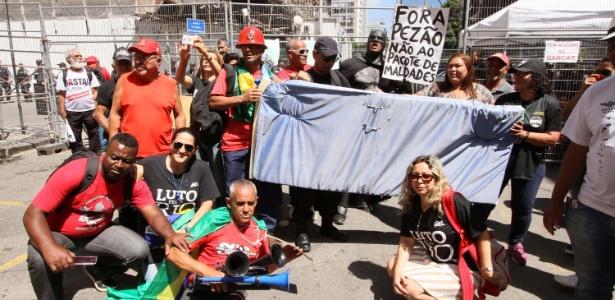 6.dez.2016 - Servidores de várias categorias protestam diante do Palácio Tiradentes no primeiro dia de votação do pacote de austeridade do Governo do Estado