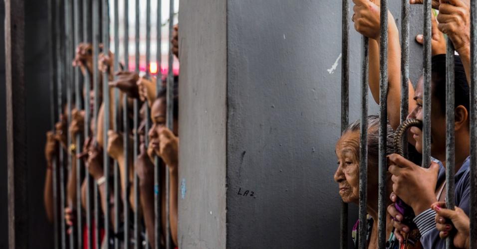 8.jan.2017 - Pessoas aguardam por informações sobre seus parentes presos após motim ocorrido na Cadeia Pública Raimundo Vidal Pessoa, que deixou quatro mortos na madrugada