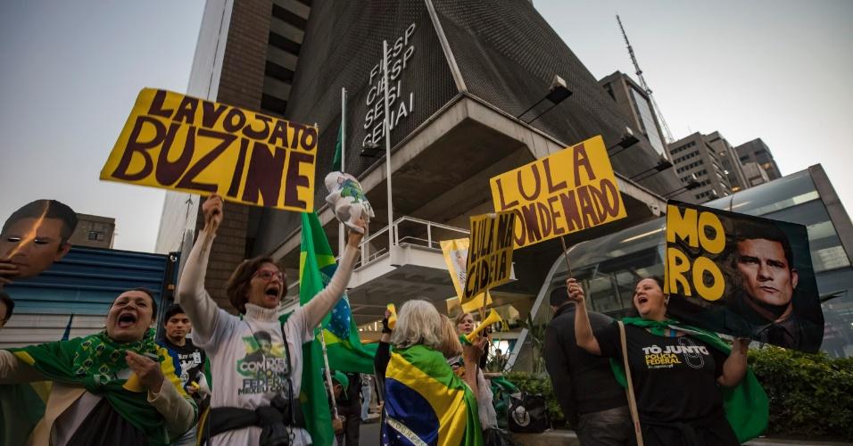 21.jun.2017 - Manifestantes comemoram em frente ao prédio da FIESP, na Av. Paulista