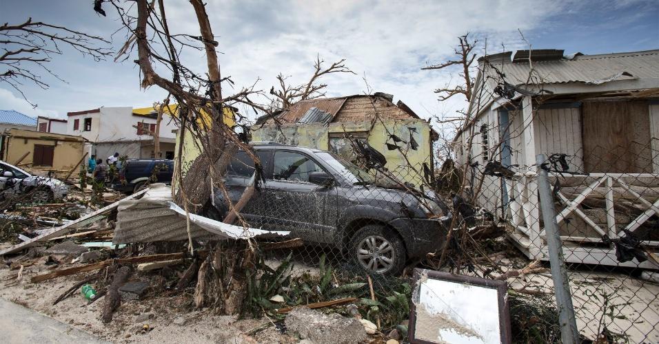 8.set.2017 - Carro é coberto por galhos após a passagem do furacão Irma pela ilha franco-holandesa São Martinho. A região foi uma das mais afetadas pelo fenômeno, que, além de um rastro de destruição, provocou mortes