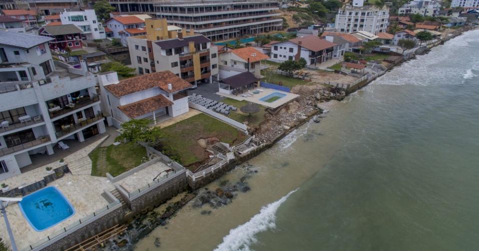 23.nov.2017 - Faixa de areia some em várias partes da praia dos Ingleses, no norte de Florianópolis, por conta da ressaca