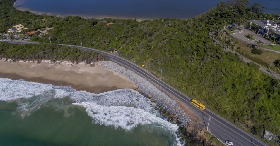 23.nov.2017 - Vista aérea da falta de areia na praia do Caldeirão, na Armação, ao sul de Florianópolis