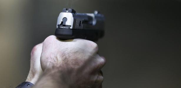 Homem dispara uma Taurus Millenium 9mm em estande de tiro em Utah, EUA - George Frey/ Reuters
