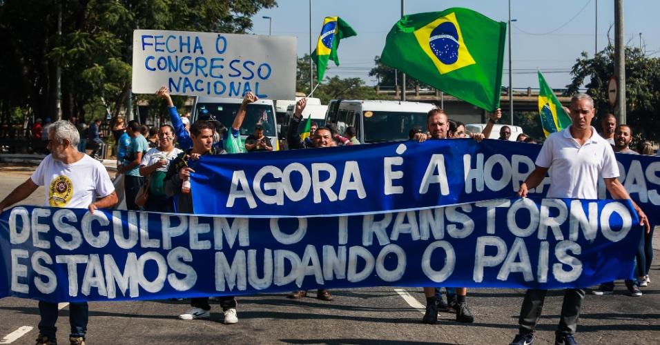 Manifestação realizada na pista da marginal Tietê, na altura da ponte do Limão, na zona norte de São Paulo, na manhã desta segunda-feira (28), oitavo dia da paralisação dos caminhoneiros. A categoria ainda mantém bloqueios pelo país, o que causa o desabastecimento de produtos e combustível nas cidades