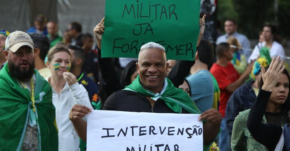 Manifestantes protestam em apoio aos caminhoneiros e contra o governo do presidente Michel Temer, na avenida Paulista, em São Paulo, na tarde desta segunda-feira (28)