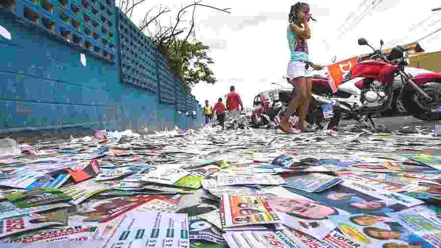 Panfletos e santinhos de candidatos em chão da Zona Sul de São Paulo após eleição de 2018 - Apu Gomes/Folhapress