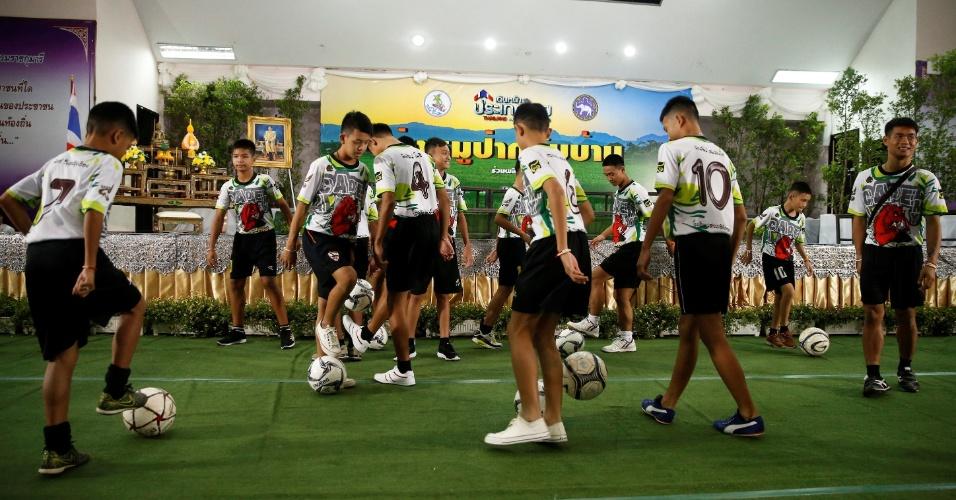 18.jul.2018 - Alguns dos garotos resgatados de uma caverna tailandesa brincam com bolas de futebol antes de uma coletiva de imprensa em Chiang Rai