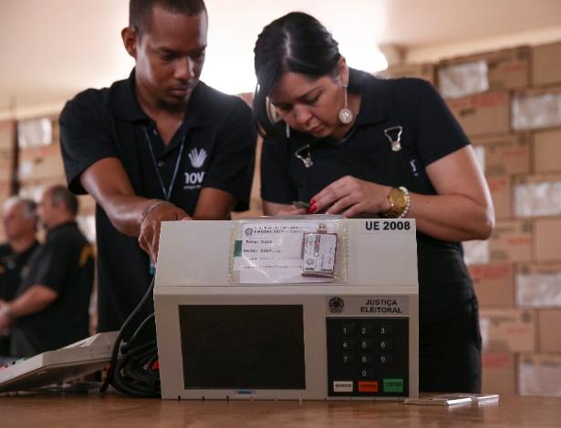 O TRE-DF realiza a carga e lacração das urnas eletrônicas que serão enviadas para votação no exterior