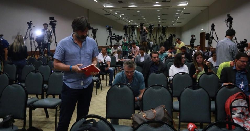 Diferentemente do combinado, Jair Bolsonaro não compareceu à coletiva de imprensa e deixou dezenas de jornalistas à espera; candidato optou por fazer uma transmissão ao vivo, via Facebook