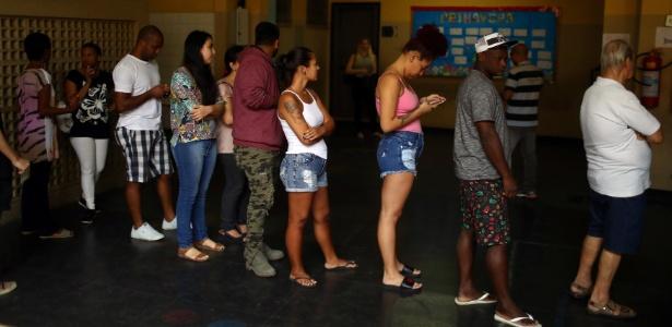 Eleitores fazem fila para votar no 1º turno no Rio de Janeiro - Pilar Olivares / Reuters