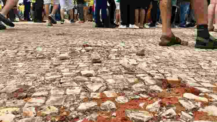 Chão com pedras soltas na praça dos Três Poderes - Hanrrikson de Andrade/UOL