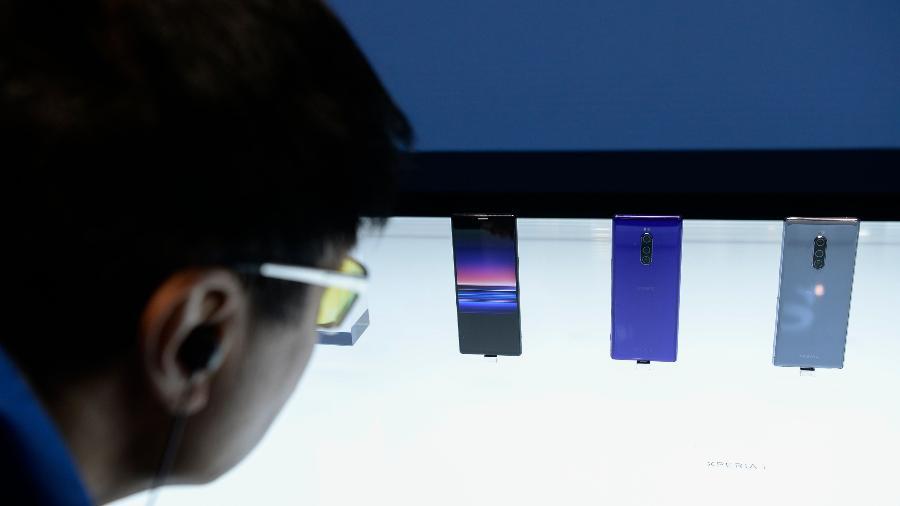 Visitante analisa os smartphones Sony Xperia 1 exibidos no Mobile World Congress (MWC) em Barcelona - Josep Lago/AFP