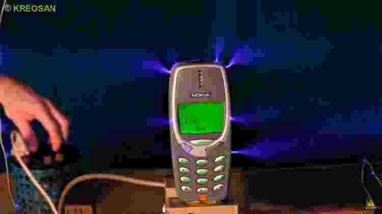 1 - Isso é o que acontece ao carregar um Nokia 3310 com 1 milhão de volts - Reprodução/Kereosan - Reprodução/Kereosan