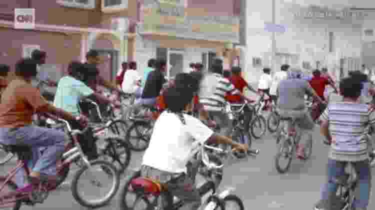 Trinta crianças em bicicletas protestaram na Arábia Saudita por direitos humanos durante a Primavera Árabe - Reprodução/CNN