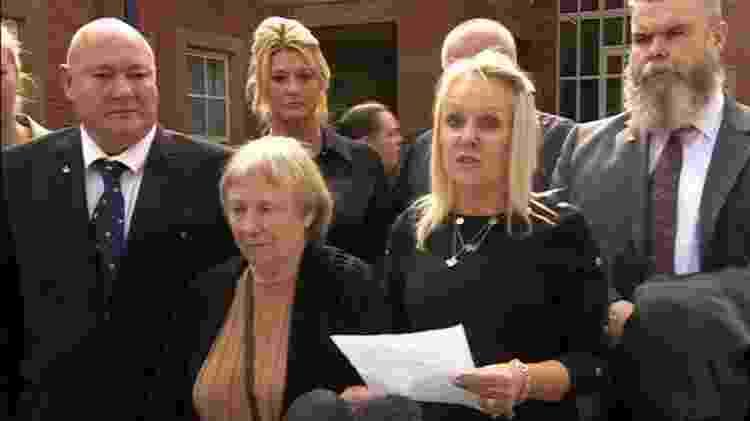Ao lado da mãe e dos irmãos, Joy Munns leu um comunicado emocionado após o fim do julgamento - BBC