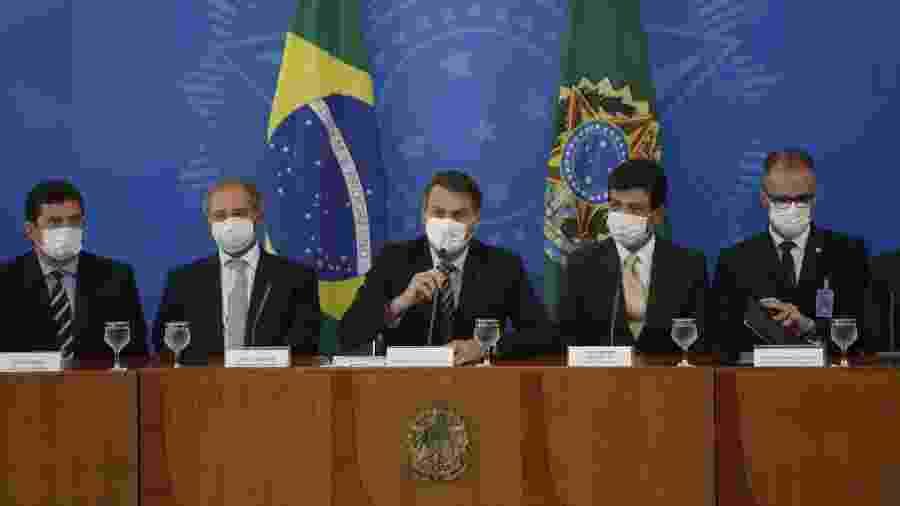 18.mar.2020 - Ao lado de ministros, presidente Jair Bolsonaro (sem partido) participa de coletiva sobre o coronavírus - Dida Sampaio/Estadão Conteúdo