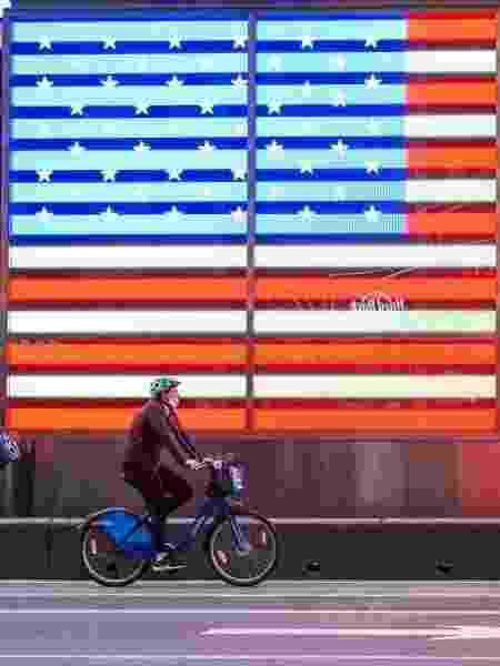 Coronavírus: de máscara, ciclistas passeiam pela Times Square, famosa avenida de Nova York, nos EUA - Noam Galai/Getty Images