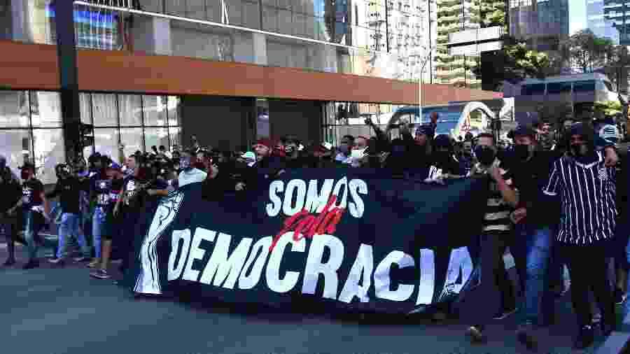 31.mai.2020 - Ato a favor da democracia e contra o racismo aconteceu neste domingo na avenida Paulista, em São Paulo. O ato foi organizado por torcidas organizadas do Corinthians - Roberto Casimiro/Estadão Conteúdo