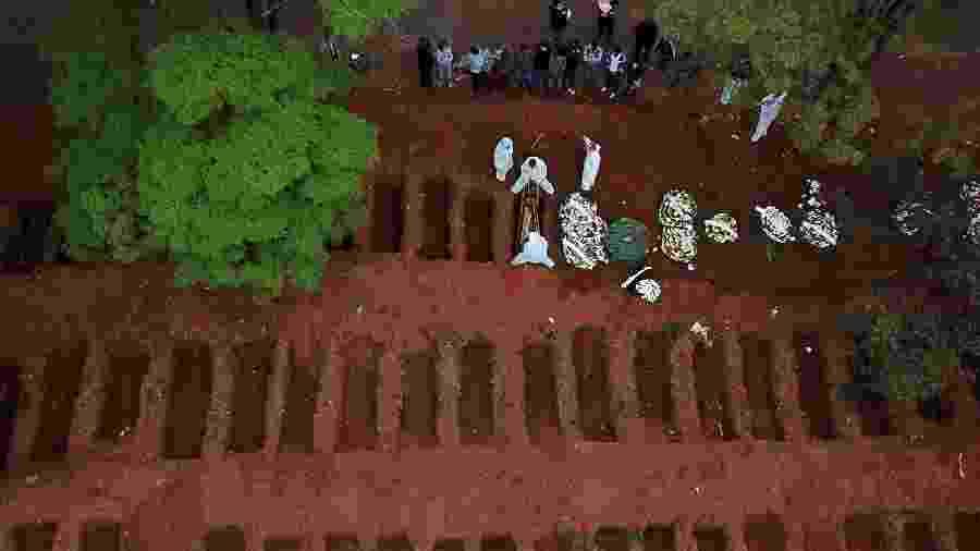 Enterro no cemitério Vila Formosa, em São Paulo - AMANDA PEROBELLI