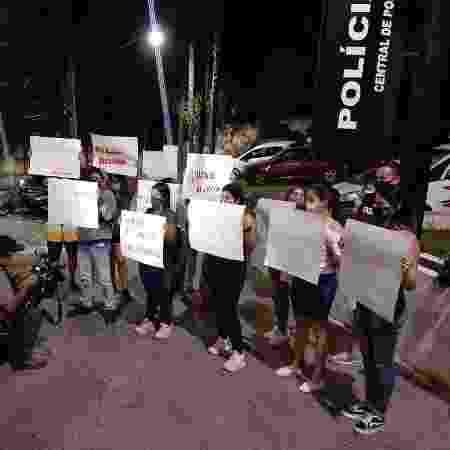 Familiares e amigos do motoboy André Mezzette protestam em frente ao 72º DP da Capital, onde ele está preso - Arquivo Pessoal - Arquivo Pessoal