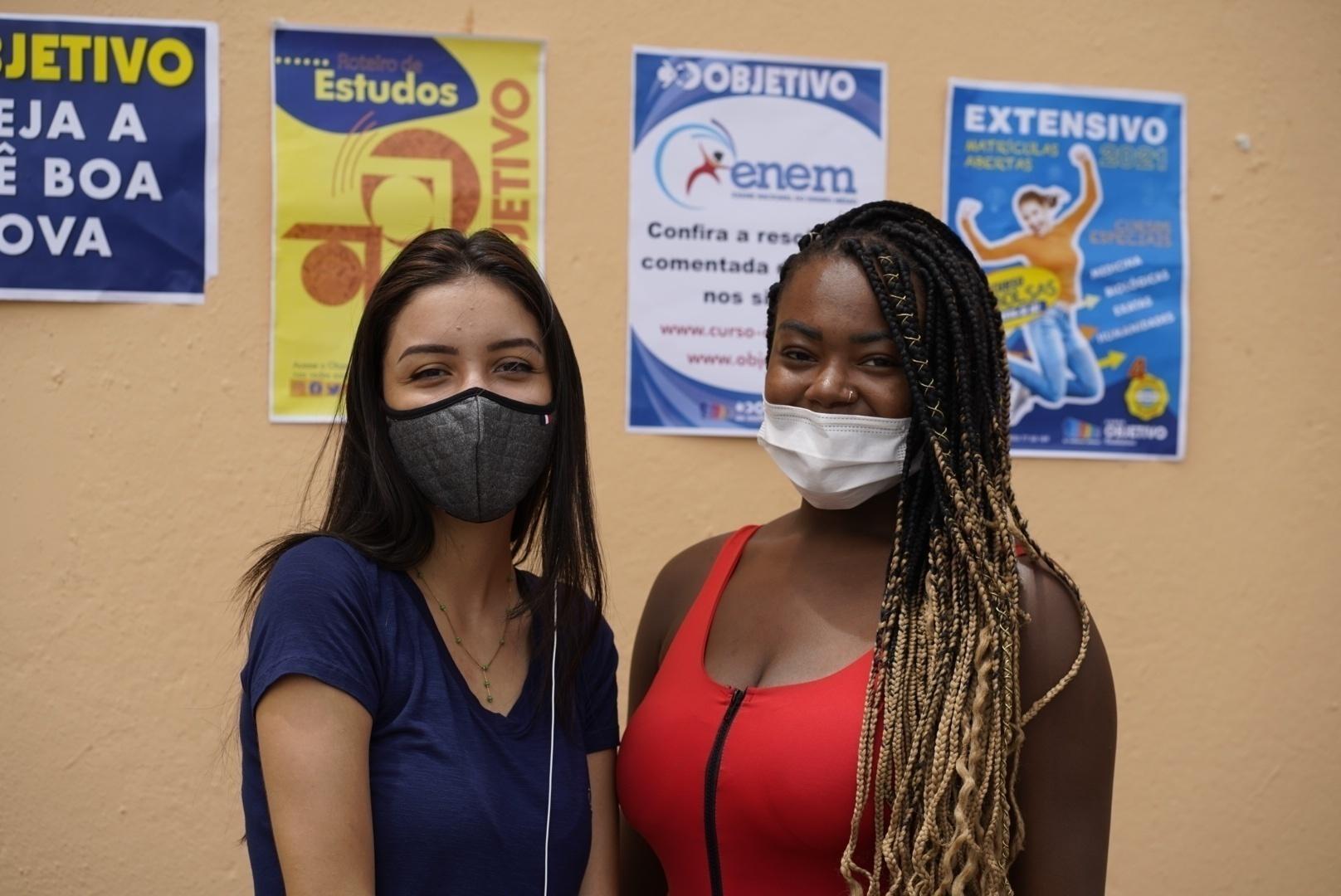 As estudantes Ingrid Baptista (à esq.) e Mariah Eduarda de Paula, que querem cursar direito após fazer o Enem em SP - André Porto/UOL