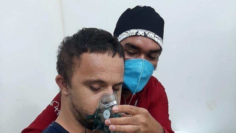 O abraço comoveu pacientes e funcionários do hospital de campanha na cidade de Caapiranga, no interior do Amazonas - Mirene Borges Da Silva