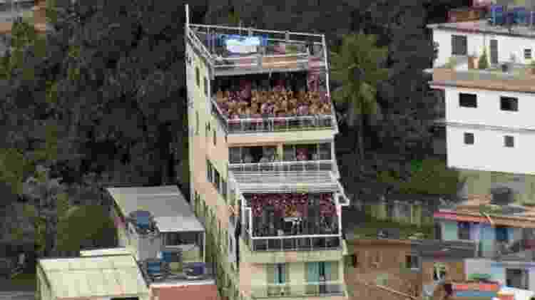 Festa lotada no alto do morro do Vidigal, na zona sul do Rio, no Carnaval - Reprodução/TV Globo - Reprodução/TV Globo