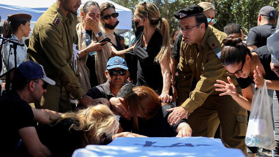 Família e amigos, incluindo soldados israelenses, choram sobre o caixão coberto pela bandeira do soldado israelense Omer Tabib, que foi morto durante combates na fronteira com Gaza, em seu funeral em Eliakim, Israel - Avishag Shar-Yashuv/Reuters