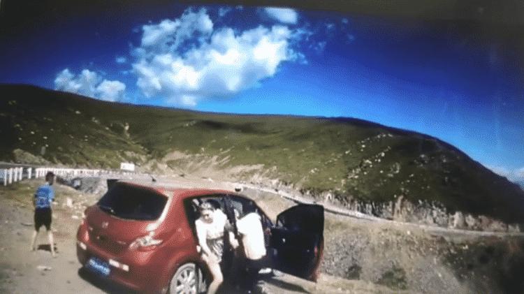Mulher consegue saltar antes de carro que despencou do penhasco - Reprodução/Asiawire - Reprodução/Asiawire