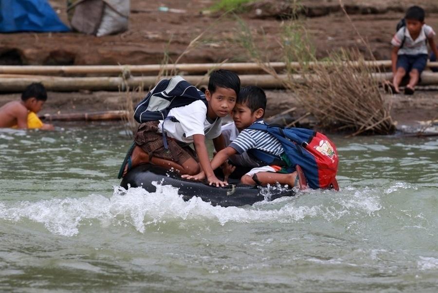 Filipinas - Eles não têm um ônibus ou até mesmo uma ponte. Estes estudantes filipinos precisam usar bóias infláveis para atravessar um rio que fica entre a escola e uma aldeia remota na província de Rizal, ao leste da capital Manila