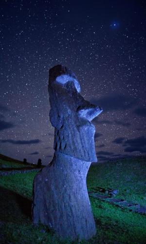 5.out.2015 - Uma antiga estátua Moai observa a noite estrelada.