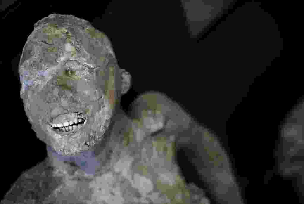 19.out.2015 - Os corpos de 30 vítimas do vulcão que matou os moradores da cidade de Pompeia, há cerca de 2 mil anos, estão sendo analisados por uma equipe de especialistas composta por arqueólogos, radiologistas, antropólogos e até dentistas. Os primeiros resultados dos exames nos corpos, que ficaram conservados nos moldes de gesso em que foram tratados, determinaram que a maioria dos moradores de Pompeia tinha dentes saudáveis, graças a uma boa alimentação, com poucos açúcares - Alessandro Bianchi/ Reuters