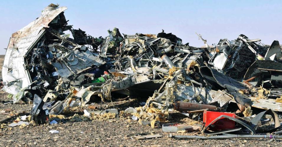 31.out.2015 - Autoridades e equipes de socorro localizam os destroços da aeronave russa que caiu e deixou pelo menos 224 mortos, na região do Monte Sinai, no Egito. Mais de 45 ambulâncias foram enviadas para a área da tragédia a fim de remover os corpos. O avião, um Airbus-321 da companhia Kogalimavia (conhecida como Metrojet), caiu na península do Sinai minutos após a decolagem, com 217 passageiros e sete tripulantes a bordo. A maioria dos passageiros era formada por turistas russos