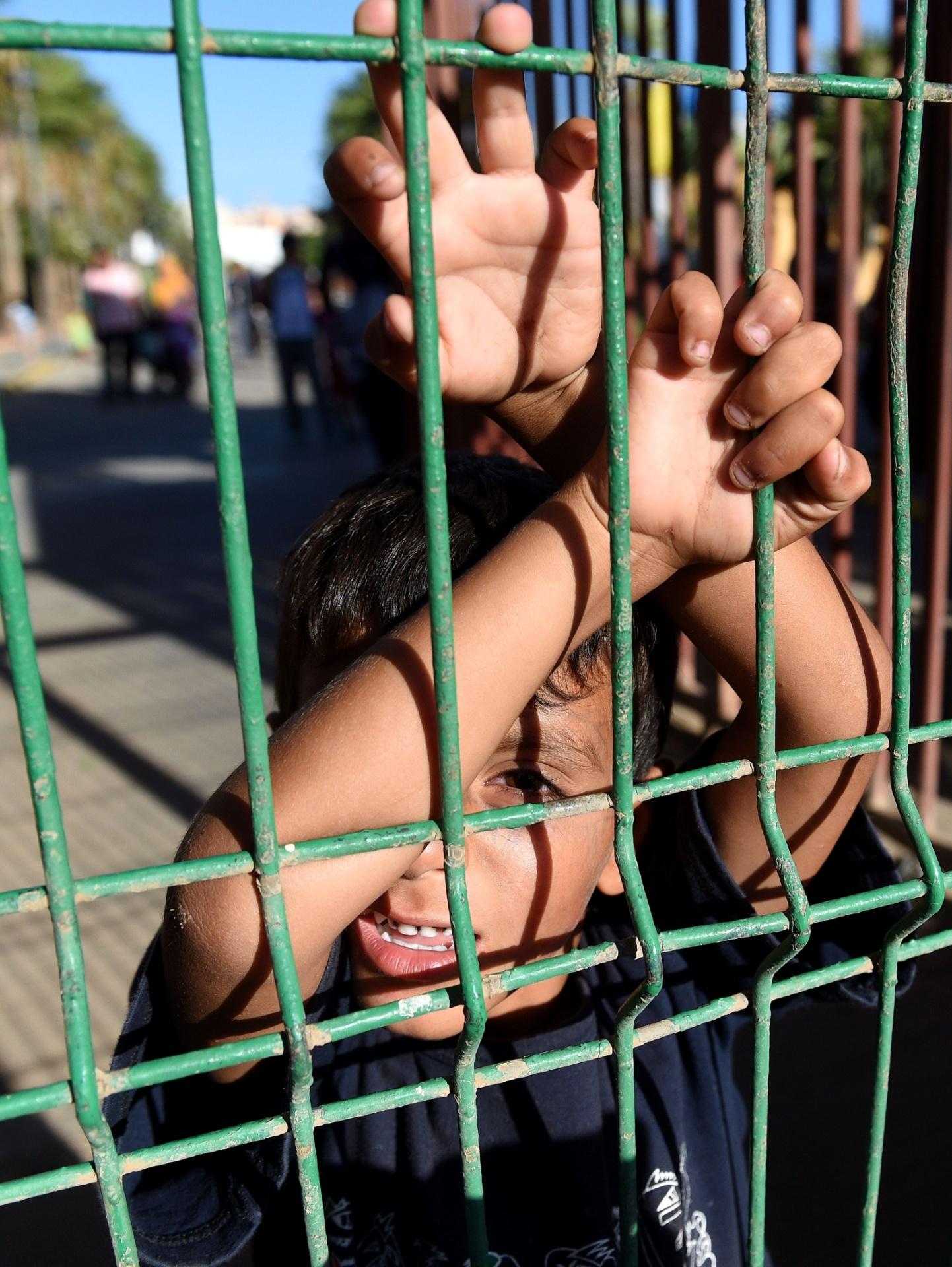 Menino aguarda dentro do Centro de Estada Temporária de Imigrantes (Ceti)