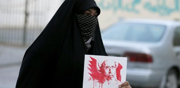 Manifestante segura cartaz com imagem do clérigo xiita Nimr al-Nimr, executado por autoridades sauditas neste sábado (2)