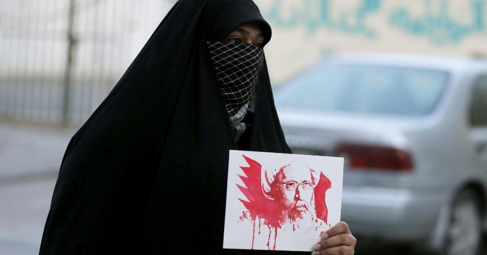 2.jan.2016 - Manifestante segura cartaz do clérigo xiita Nimr al-Nimr, executado por autoridades sauditas neste sábado (2), durante protesto em Sanabis, no Bahrein