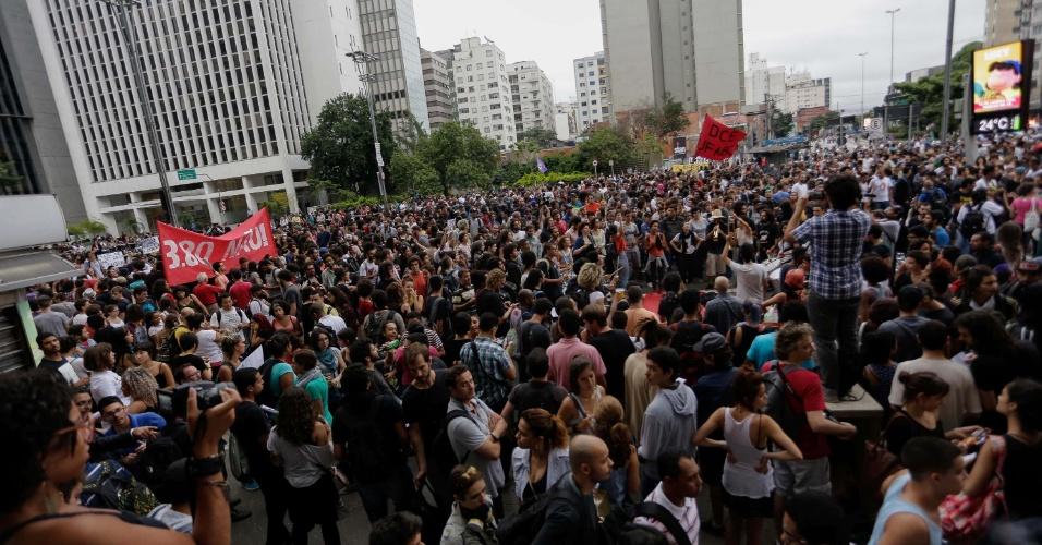 12.jan.2016 - Manifestantes se reúnem em protesto do Movimento Passe Livre (MPL) contra o aumento da tarifa do transporte público de São Paulo e paralisam circulação de carros na avenida Paulista