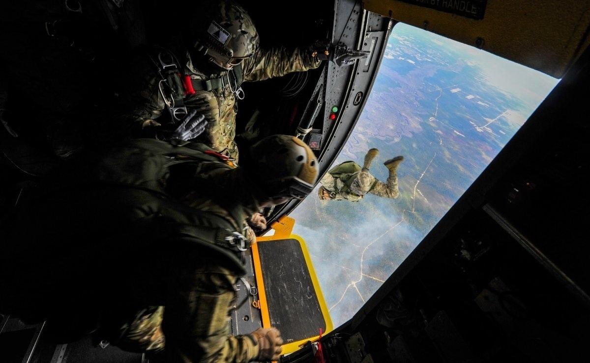 13.jan.2016 - Imagem de aviadores das táticas especiais da Força Aérea dos Estados Unidos está no ranking das fotografias mais belas de 2015 da Força Aérea americana, segundo o site Business Insider. A foto foi tirada em janeiro, quando aviadores foram treinar táticas de combate e como lidar com operações especiais independente das condições meteorológicas no campo de Hurlburt, Estados Unidos