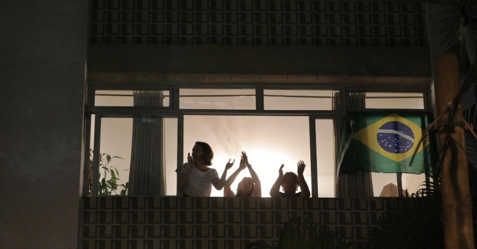 """4.mar.2016 ? Em ato de apoio à Operação Lava Jato que investiga o ex-presidente Luiz Inácio Lula da Silva (PT), moradores da região dos Jardins, em São Paulo, fazem """"aplaudaço"""" em sacadas. O petista é investigado por suspeita de envolvimento na corrupção da Petrobras"""