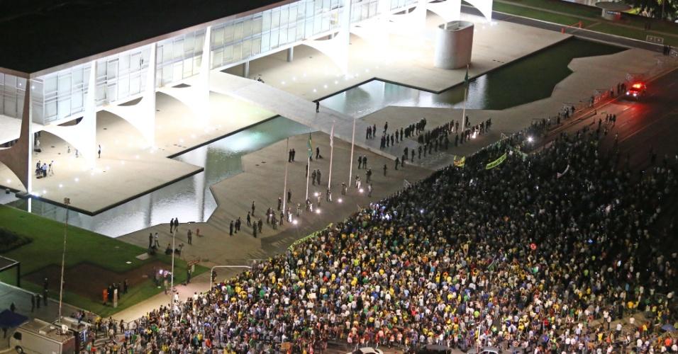 16.mar.2016 - Manifestações foram para o lado de fora do Palácio do Planalto, em Brasília (DF), contra a nomeação de Luiz Inácio Lula da Silva (PT) a ministro da Casa Civil. Todos pedem a renúncia da presidente Dilma Rousseff (PT)