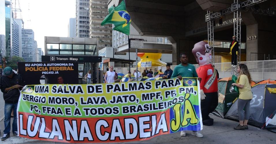 21.mar.2016 - Manifestantes seguem acampados em frente ao prédio da Fiesp, na avenida Paulista, em São Paulo, na manhã desta segunda-feira (21). Os manifestantes exigem a renúncia ou impeachment da presidente Dilma Rousseff. Um boneco do ex-presidente Lula foi pendurado na fachada da instituição