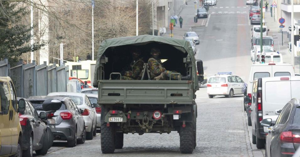 22.mar.2016 - Exército patrulha ruas próximas de um dos locais atingidos pelo atentado terrorista na Bélgica, a estação Maalbeek, em Bruxelas