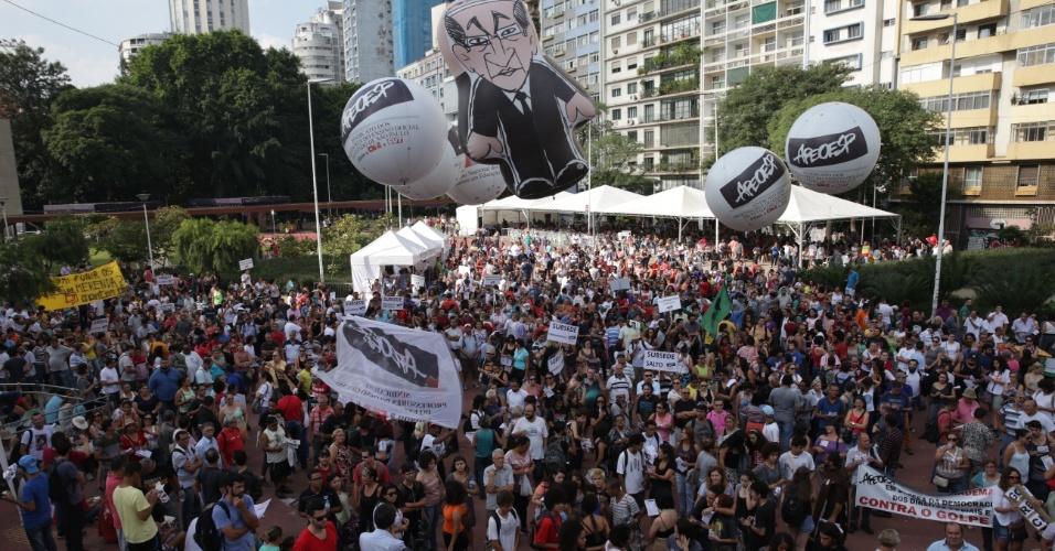 8.abr.2016 - Professores estaduais de SP fazem assembleia na praça Roosevelt, no centro de São Paulo. Eles querem reajuste salarial para toda a categoria