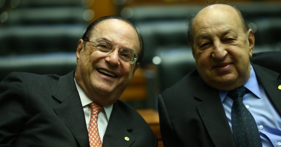 15.abr.2016 - O deputado Paulo Maluf (PP-SP), à esquerda, demonstra clima de descontração durante sessão que debate o processo de impeachment da presidente Dilma Rousseff (PT) na Câmara dos Deputados