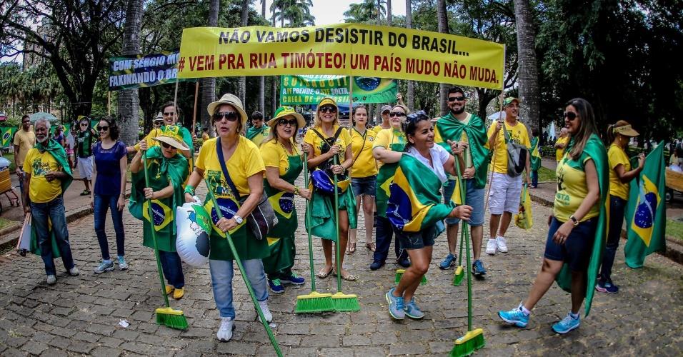 17.abr.2016 - Manifestantes pró-impeachment da presidente Dilma Rousseff carregam vassouras em protesto na praça da Liberdade, em Belo Horizonte (MG)