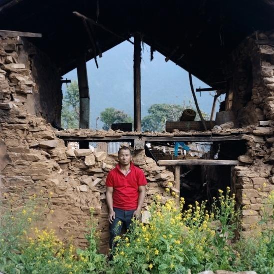 """25.abr.2016 - A casa de Lokbahadur Magar, em Gorkha, desabou e 12 pessoas morreram em seu vilarejo. """"Todo mundo estava apavorado. Estava chovendo e estávamos confusos. Só havia duas ou três lonas para abrigar cerca de 40 famílias e elas foram reservadas para mulheres, crianças e idosos. Depois disso a comunidade começou a se organizar. Algumas pessoas começaram a limpar os corpos e prepará-los para o enterro; outros limparam os escombros em busca de alimentos. Eu ajudei a cuidar dos feridos. Todos cozinhávamos, comíamos e morávamos juntos. Foram cerca de três dias até a ajuda externa chegar."""""""
