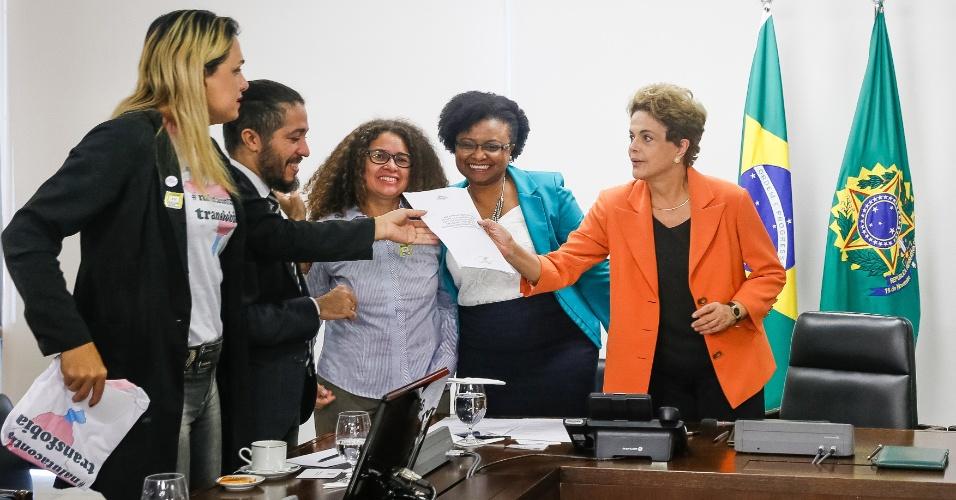 28.abr.2016 - A presidente Dilma Rousseff recebe o deputado federal Jean Wyllys (PSOL-RJ) e assina decreto que institui e reconhece a identidade de gêneros de travestis e transexuais em órgãos federais