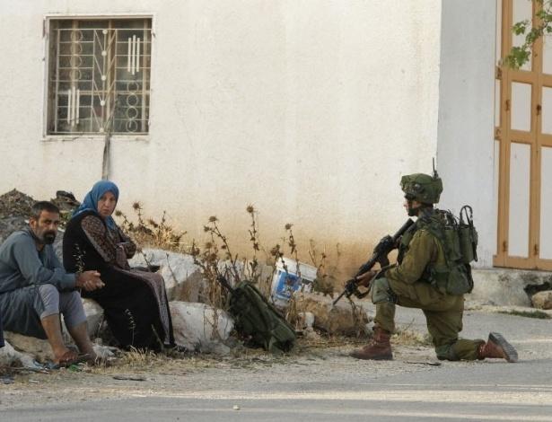 Soldados israelenses buscam pistas em Yatta (Cisjordânia) dos responsáveis por ataque